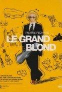 Velký blondýn s černou botou